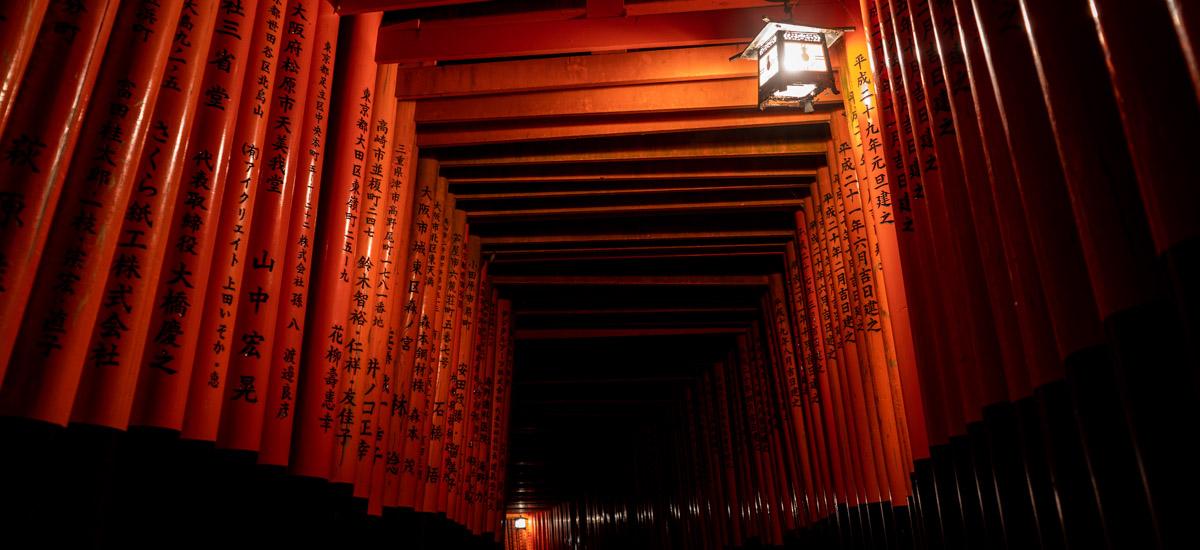 L'atmosphère envoutante du sanctuaire Fushimi Inari la nuit